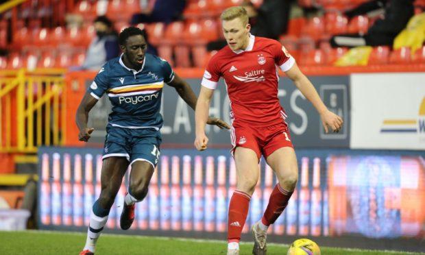 Aberdeen forward Sam Cosgrove and Motherwell's Bevis Mugabi.