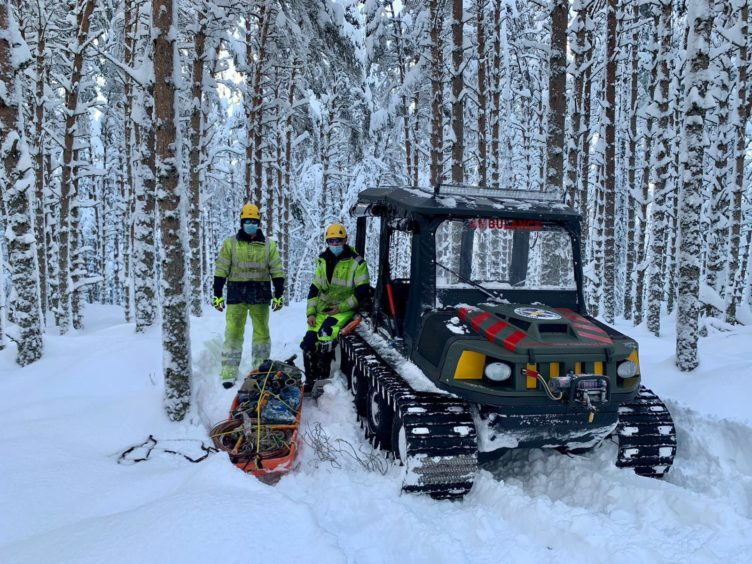 Braemar Mountain Rescue Team helping SSE engineers restore power in snowy conditions.