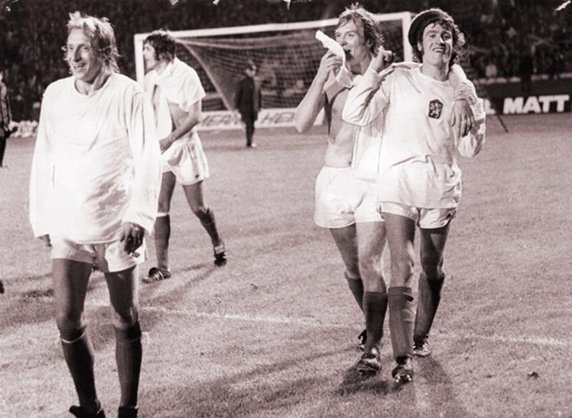 Denis Law with teammates, 1973