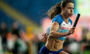 佐伊·克拉克接过英国女子4 × 400接力棒,世界田径接力赛在波兰的西里西亚体育场举行。