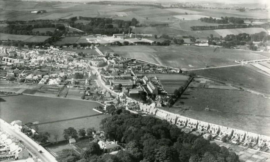 An early aerial view of the Woodside area looking north in the 1930s.