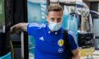 Defender Liam Cooper被描绘成苏格兰的小队在克罗地亚游戏之前到达他们的酒店。
