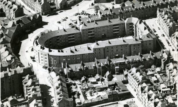 1966年,在阳光下的空中拍摄的城市独特的装饰艺术罗斯蒙特广场住宅区。