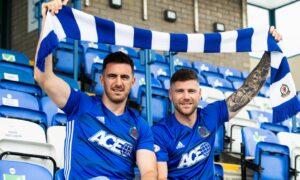 Ross Draper,左手和Iain Vigurs签署了Cove Rangers