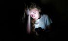 一些年轻人报告说,由于裸体图片在网上被分享,他们感到尴尬、恐惧和自我厌恶