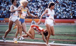 玛丽·德克尔和佐拉·巴德在1984年洛杉矶奥运会上交锋。