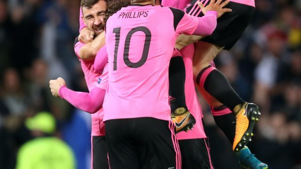 Scotland's late goal keeps play-off hopes alive