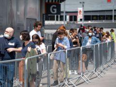 在伦敦北部的阿森纳酋长体育场的人们排队群众冠状病毒疫苗接种中心(多米尼克·普林斯基/帕)