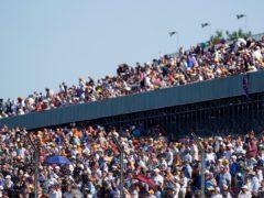 周日,球迷们涌入银石观看英国大奖赛(蒂姆·古德/PA)