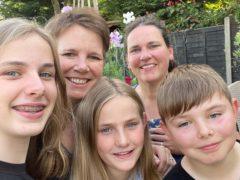 劳拉·蒙哥马利(左)、她的妻子特雷莎(右)和他们的三个孩子(麦克米伦癌症支持中心/PA)