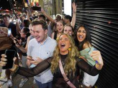 """兴奋的狂欢者形容夜总会午夜重开是""""像新年一样"""",因为他们排队等待大流行开始后的第一个晚上外出跳舞(Ioannis Alexopoulos/PA)"""