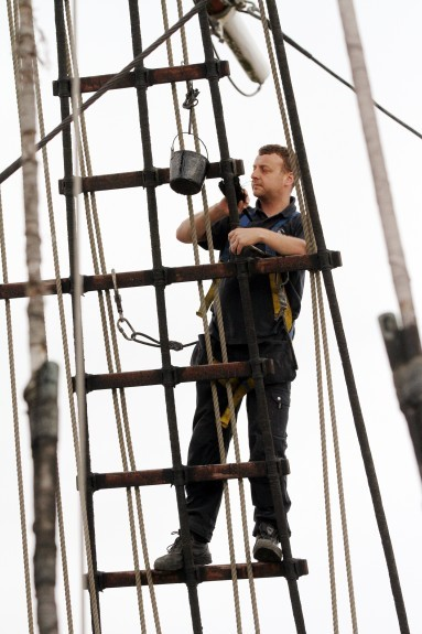 Steve Stirling works on the rigging rope