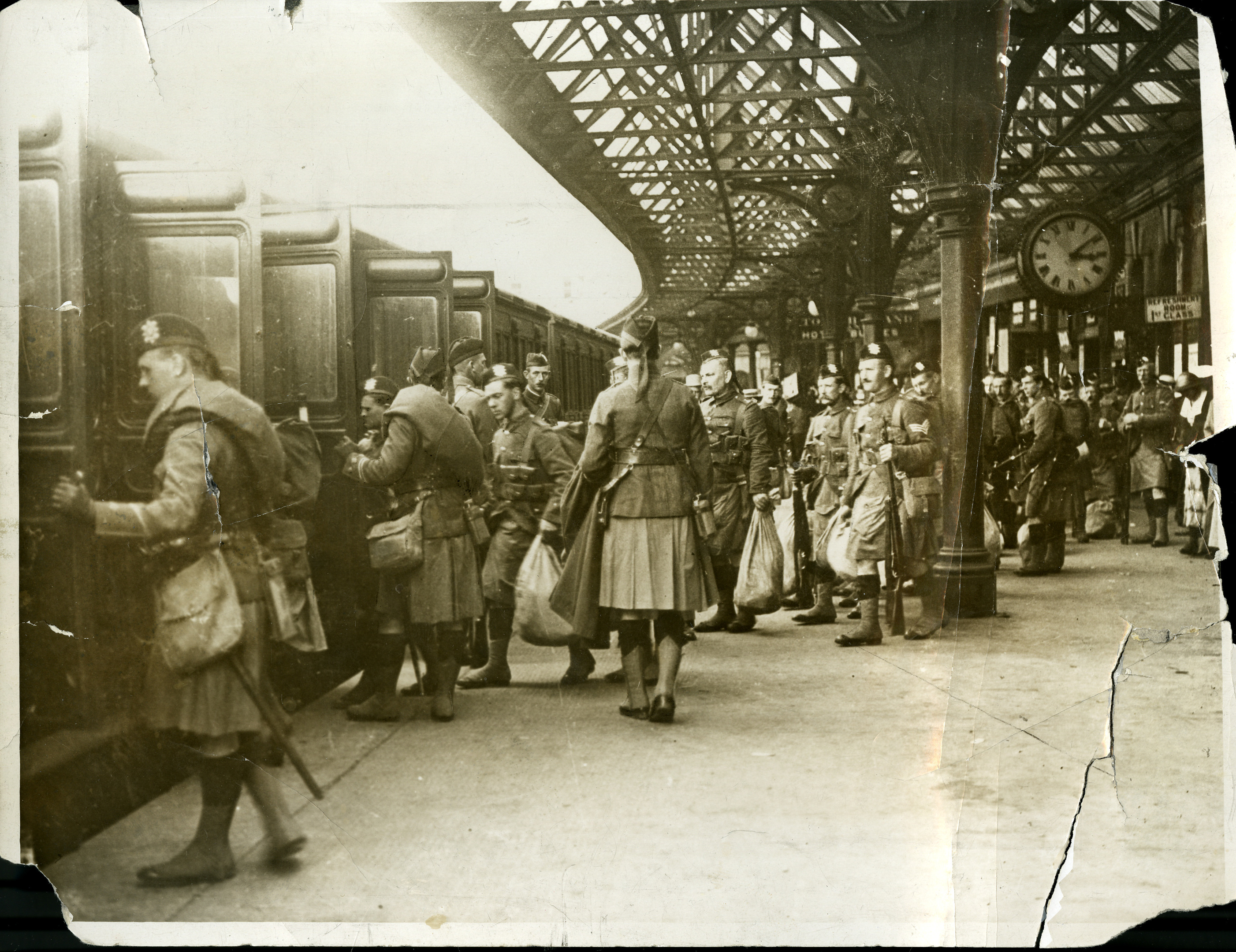 Members of the 4th Battalion, The Black Watch, leaving Tay Bridge Station