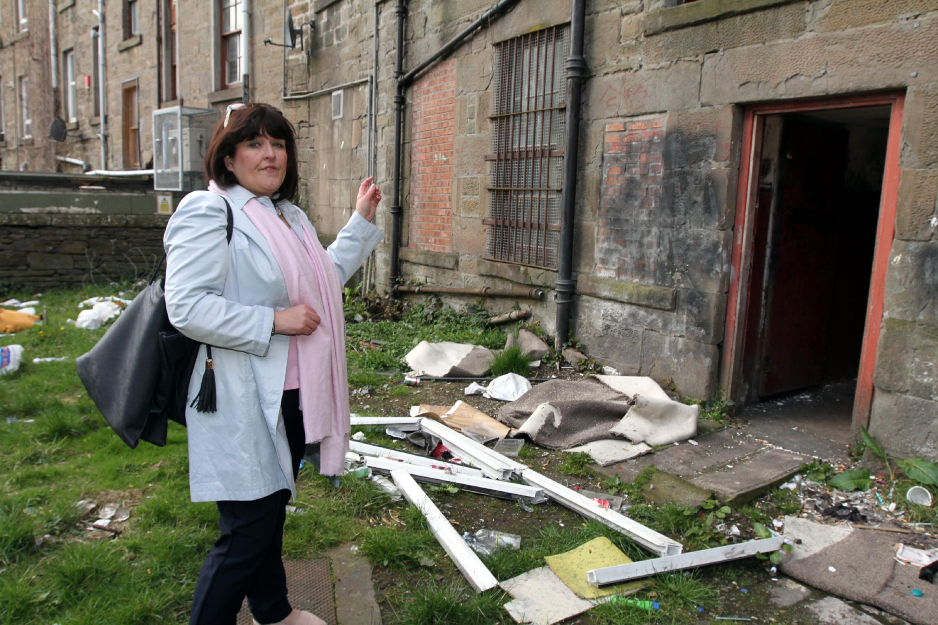 Councillor Lynne Short outside one of the closes in Stobswell.