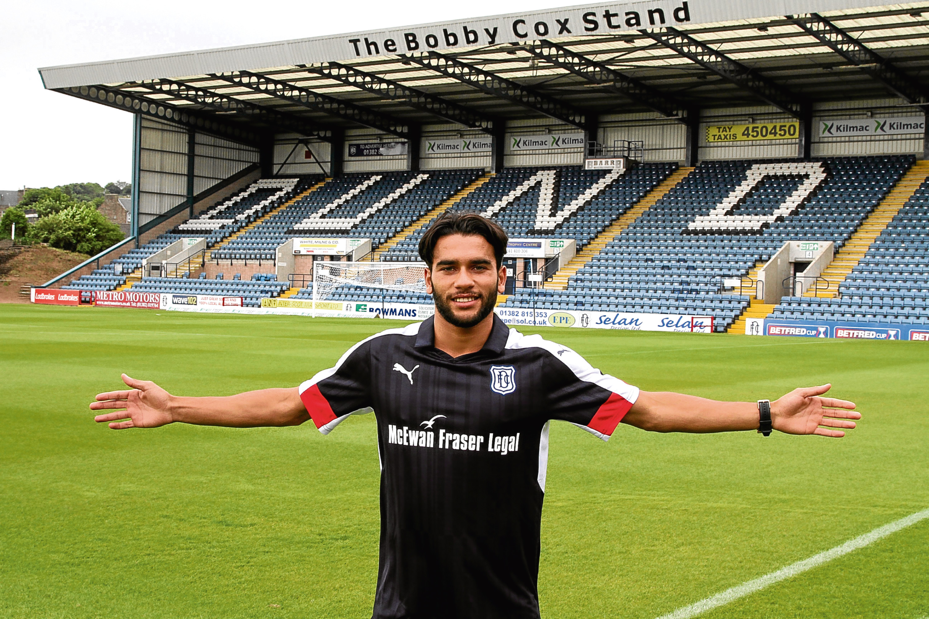 Former Dunfermline striker Faissal El Bakhtaoui signed on the dotted line for Dundee at Dens yesterday.