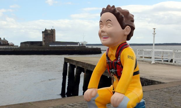 The Oor Lifesaver statue in Broughty Ferry.