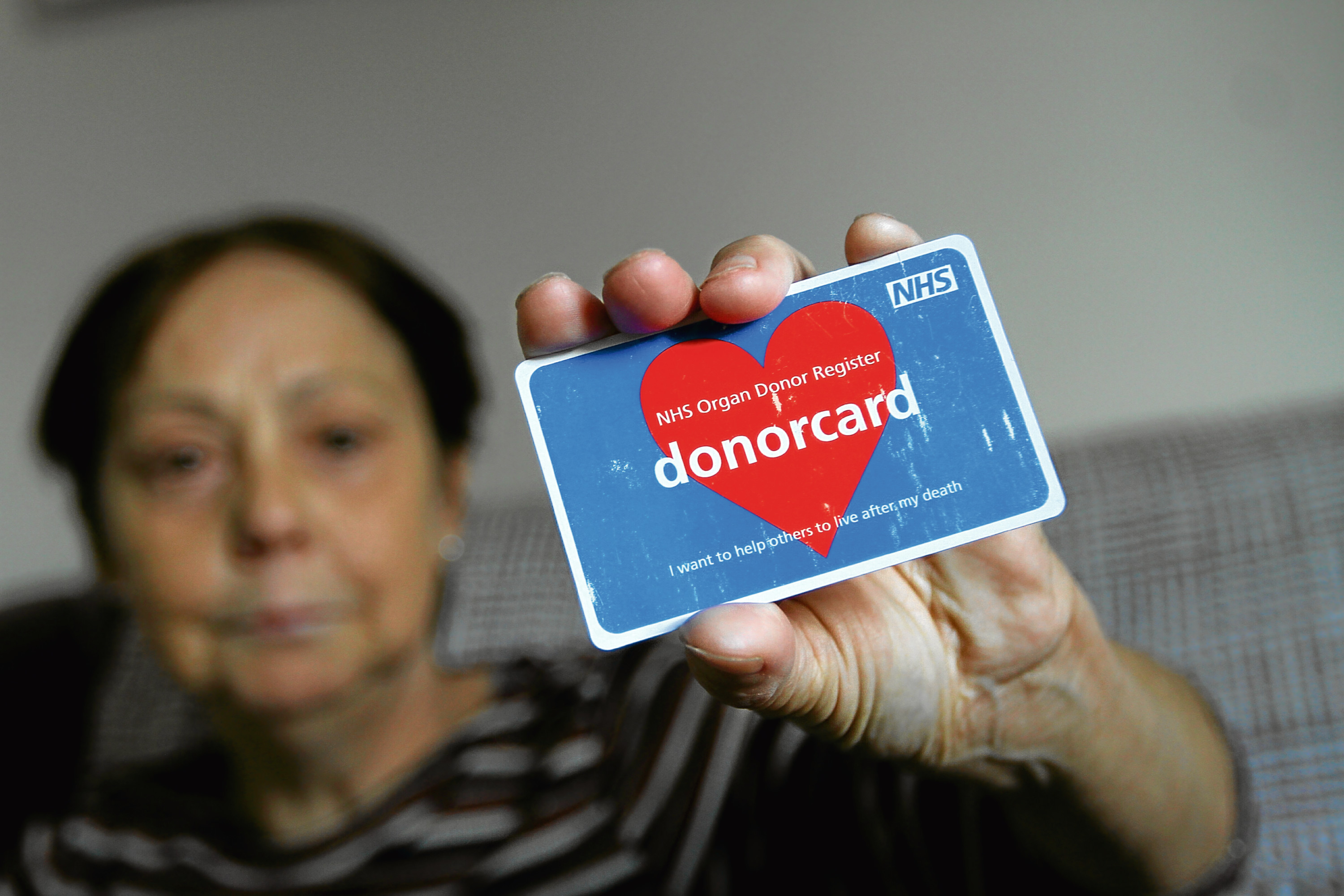 Tele News - Sarah Williamson story - Organ Donation - Dundee. Picture shows; Kathleen O'Neill at home in Cragiebank today, with her Donor Card, urging people to sign up for the Organ Donor Register. Thursday 26th October 2017.
