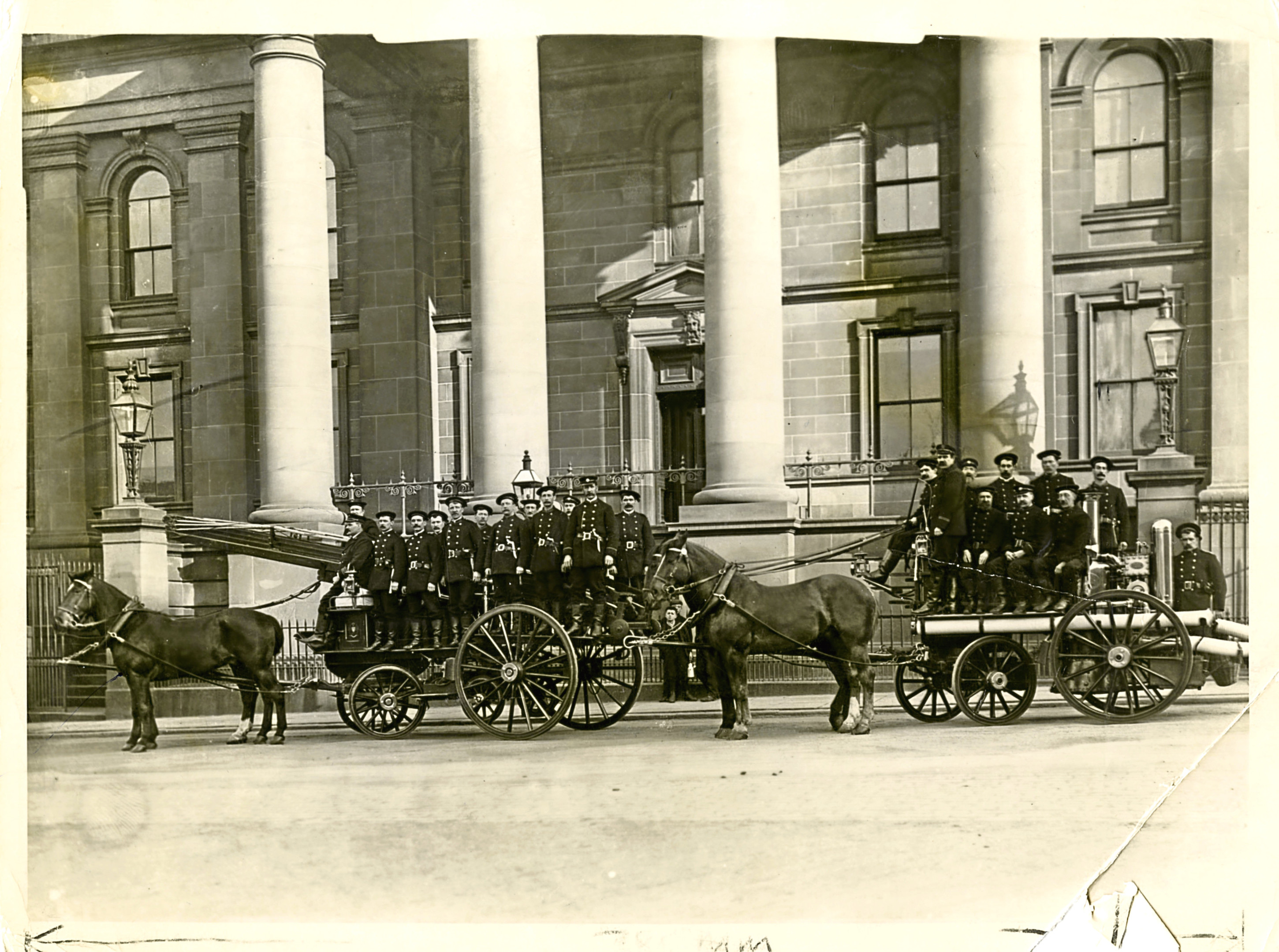 Dundee Fire Brigade turn out in front of Court House Buildings in 1905.