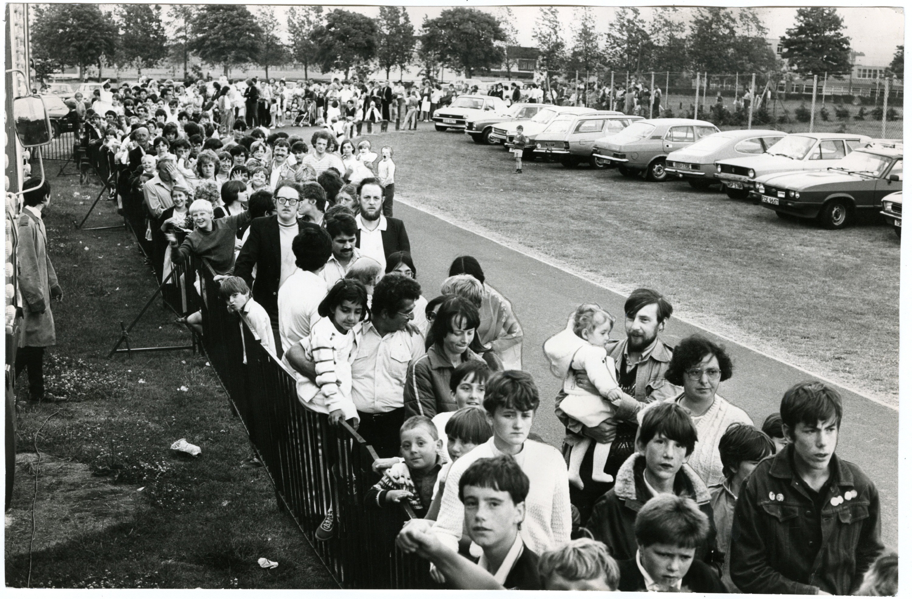 Queue for Caird Park Circus. Photograph showing the large queue for the Austen Brothers Circus being held in Caird Park, Dundee. 30 July 1984. H262 1984-07-30 Queue for Caird Park Circus (C)DCT Dundonian. Used in Courier L/ED 31 July 1984.