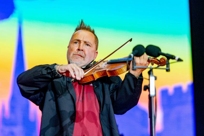 Nigel Kennedy plays to an attentive crowd