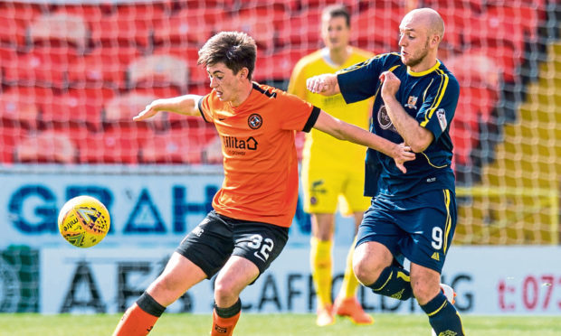 Dundee Uniteds's Declan Glass (left) and Alloa's Greig Spence in action
