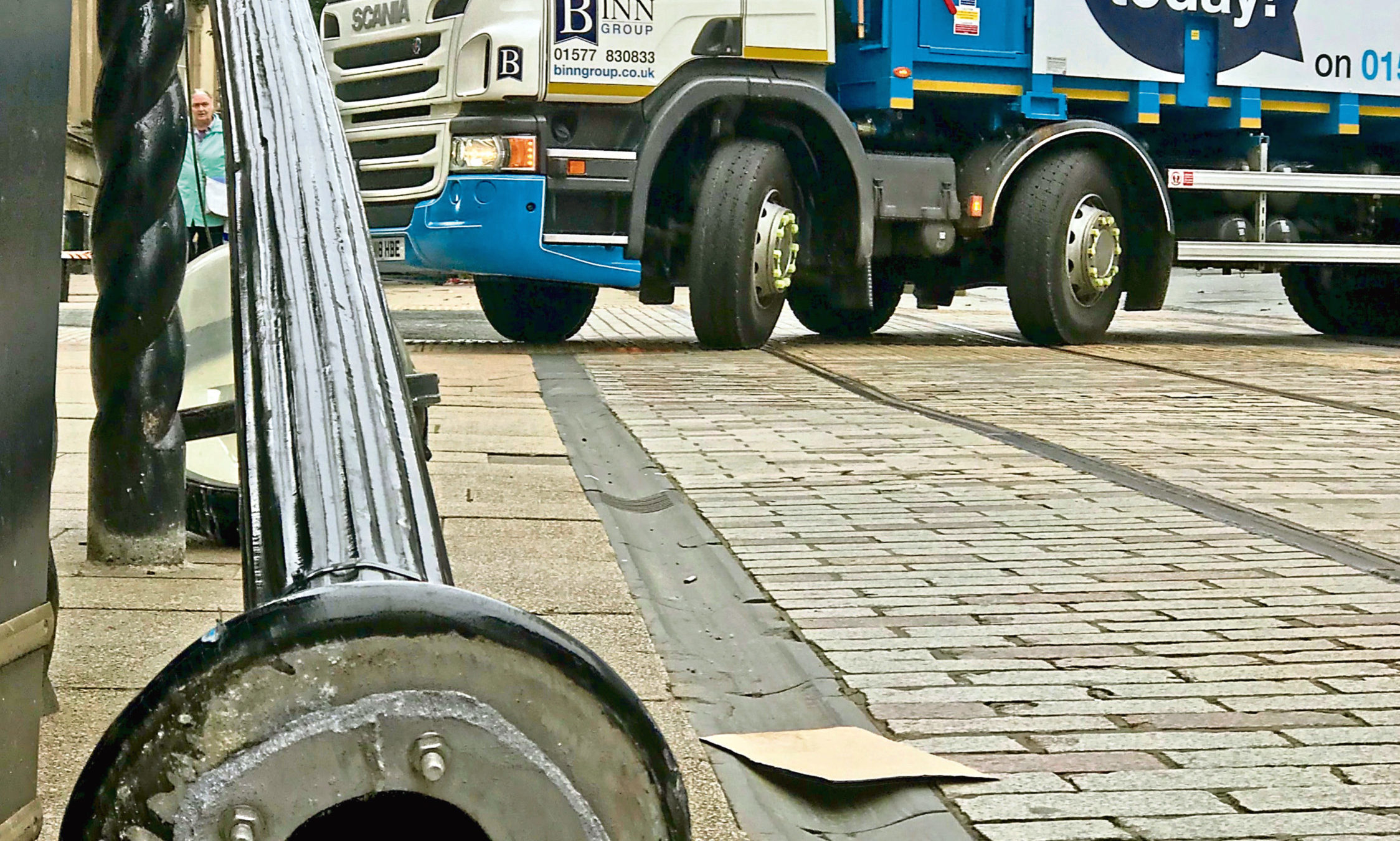 A Binn Group bin lorry reversed into a lamppost on the Murraygate, knocking it over