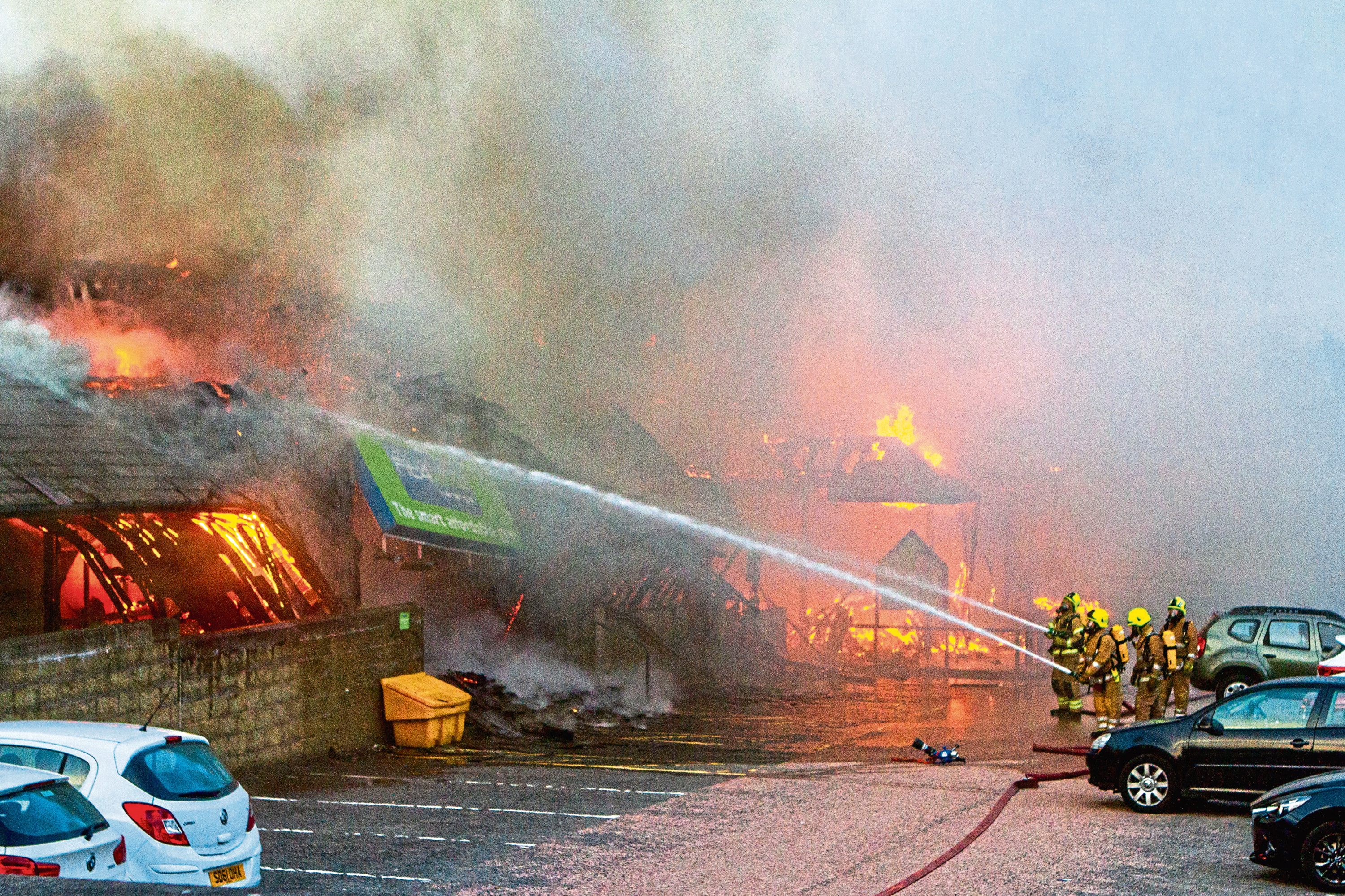 Courier News, Peter John Meiklem Story, CR0003684 Hilltown Indoor Market and Fit4Less Gym building on fire - emergency crews at the scene.  Picture shows fire crews on the scene. Hilltown Indoor Market (and Fit4Less Gym), Main Street, Dundee. Wednesday 12th September 2018.