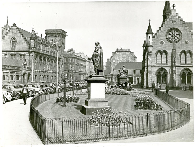 Gardens at Albert Institute (now known as the McManus Galleries) in Albert Square in 1949