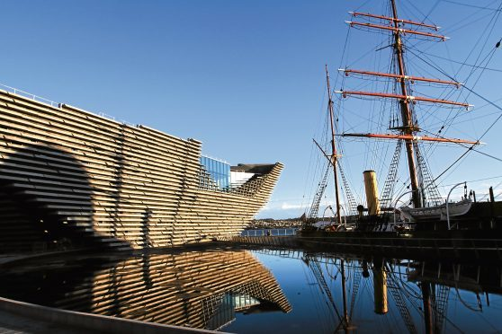 The V&A with RRS Discovery next to it.