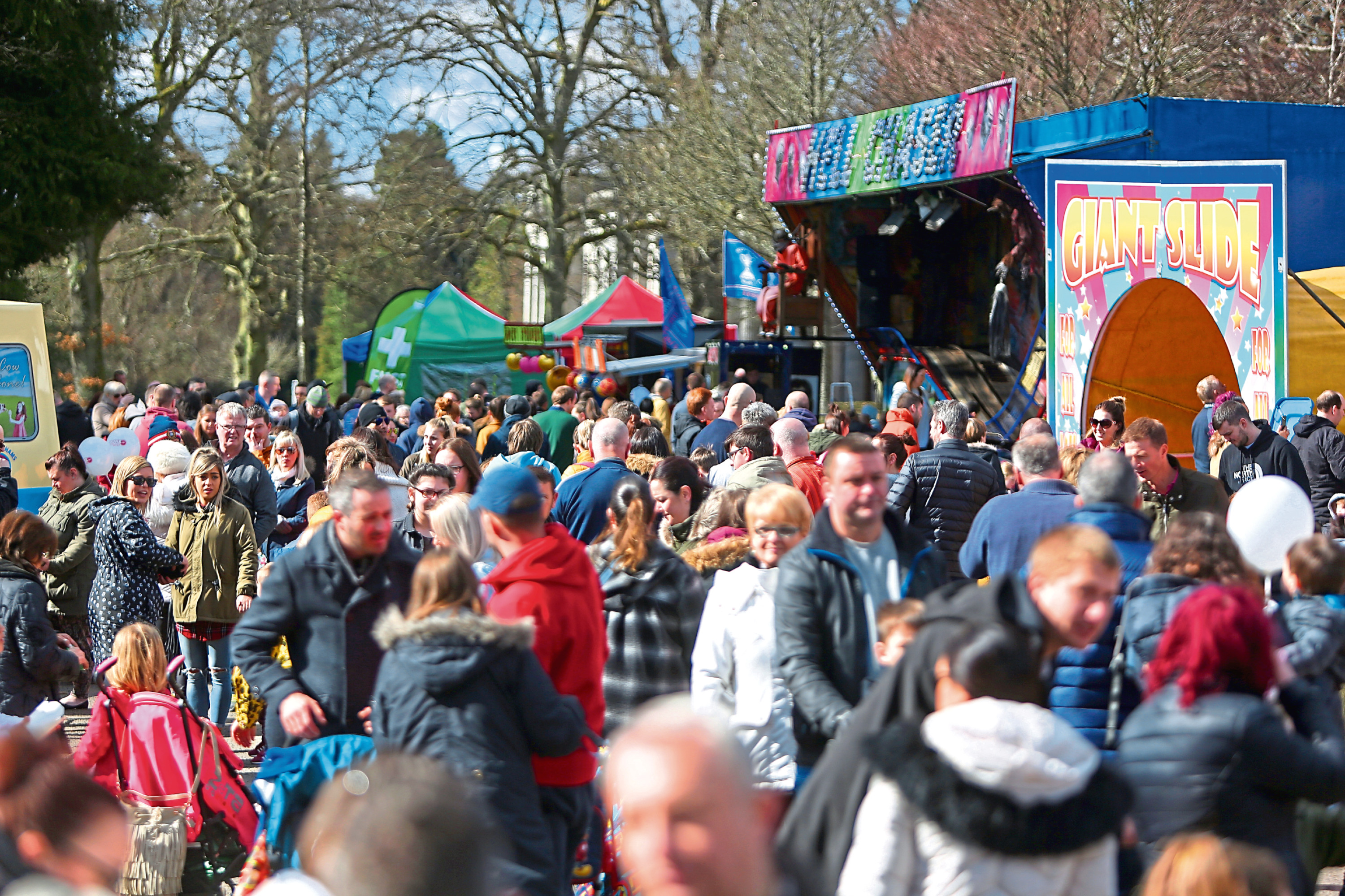 Courier/Tele News. Dundee story. CR0000249 CR0000343 Easter Fun Day w with fun activities for all the family. We'll have the Wave FM Radio Roadshow with a host of live music, games and an easter egg hunt. The ParkLives Dundee team will be providing Free family Easter themed activities. Pic shows;large crowds enjoying easter Sunday at Camperdown Park. Sunday, 1st April, 2018.