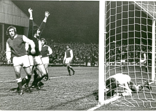 Dundee v Hibs Duncan claiming goal, Scottish Cup quarter-final replay, 19/3/74.