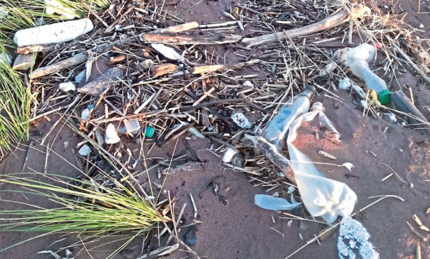 The beach was strewn with rubbish.