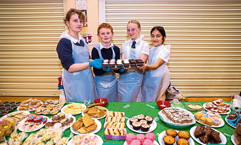 Jessica Christie (9), Travis Smith (10), Emilie Terroni (11) and Jula Chojnacka (10) selling on the cake stand.