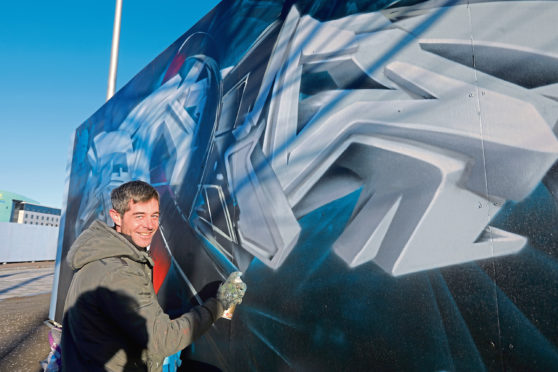 Paco Graff carrying out some previous work near to Slessor Gardens. Photo by Dougie Nicolson/DCT Media.