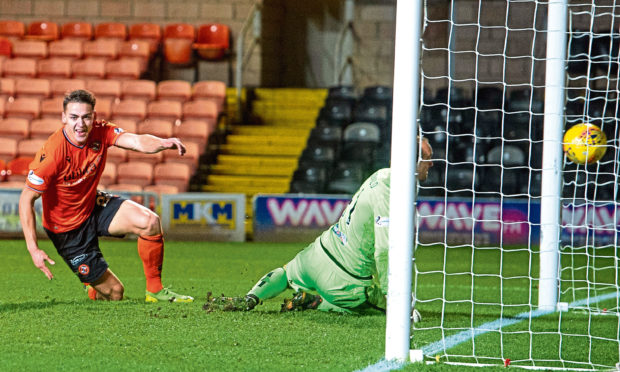 Louis Appere scores to make it 2-1 against Alloa at Tannadice.