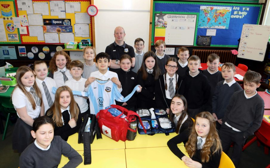 First aider for East Craigie FC gives youngsters at a Dundee primary school an insight into his job - Evening Telegraph