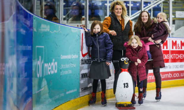 Keira Scott (left) with wee sister Ava-Rose (front), Leisure and Culture Dundee's Lynn Allardice, mum Gemma Johnsen and wee sister Cady.