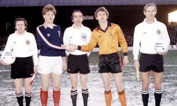 Dundee skipper Bobby Glennie (2nd left) shakes hands with opposite number Paul Hegarty.