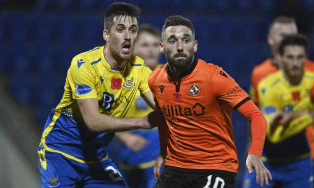 Dundee United striker Nicky Clark has signed a new deal at Tannadice.