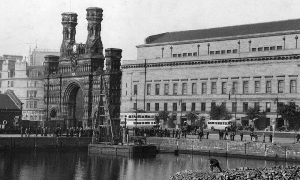 The Royal Arch can be seen alongside the King William IV Dock in 1939.