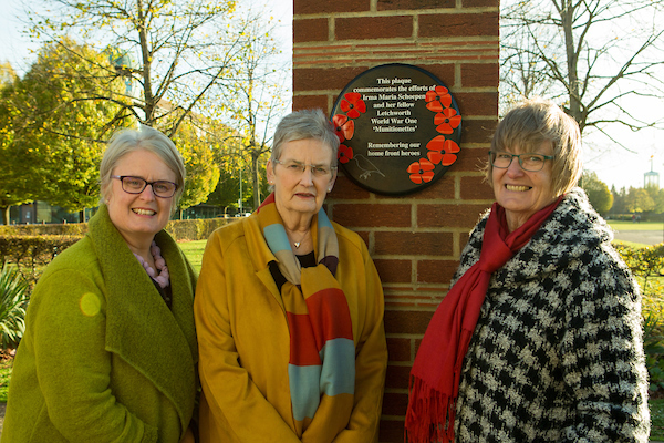Carol, centre, unveils the plaque Pic: Ancestry.co.uk and Hulton Archive/Getty Images