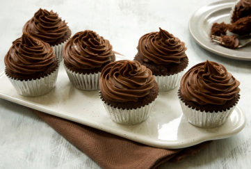 6 chocolate fudge cupcakes for Alzheimers cupcake day on a plate