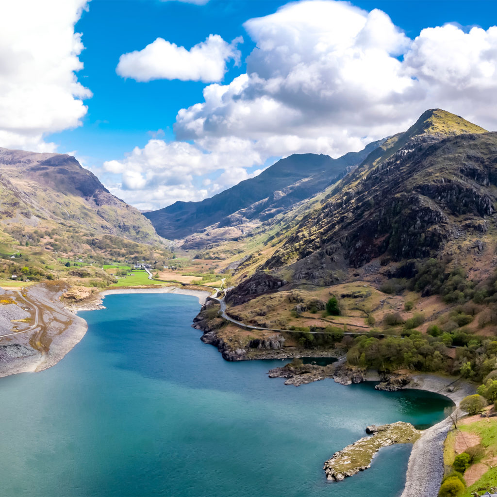 Mountains, turquoise water and blue sky in Snowdonia