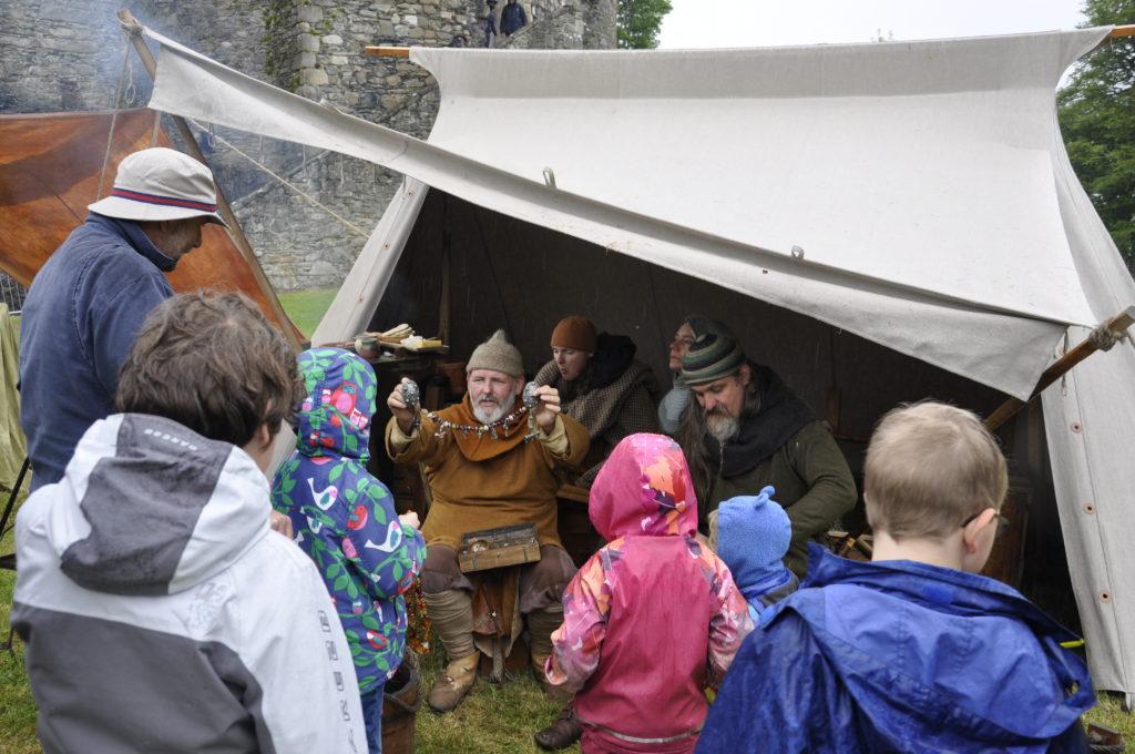 Children learn how the vikings made jewellery. 17_T22_Vikings02