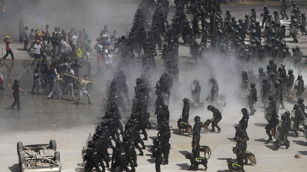 Chinese policemen in anti-riot gear and dogs take part in an anti-terrorism exercise held in Beijing