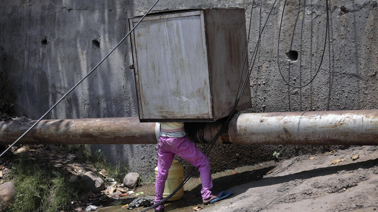 A strong heat has the northern plains of India in its grips with temperatures crossing 45 degree Celsius in several places. A young boy collects drinking water from a leaking pipeline in the outskirts of Jammu.