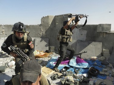 Members of the Iraqi army take position in clashes with ISIS