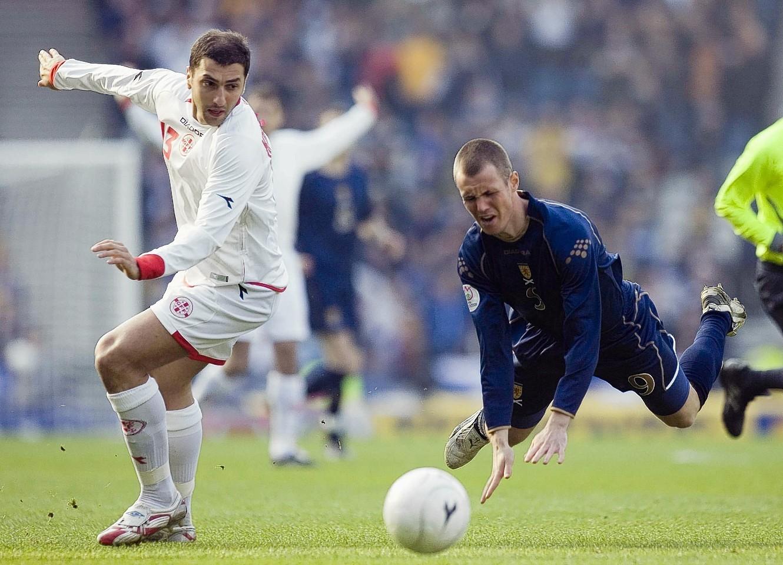 Zurab Khizanishvili challenges Kenny Miller when the teams met in 2007