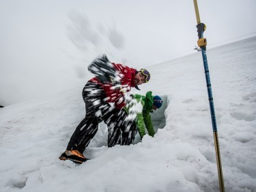 How to dig out a fallen climber