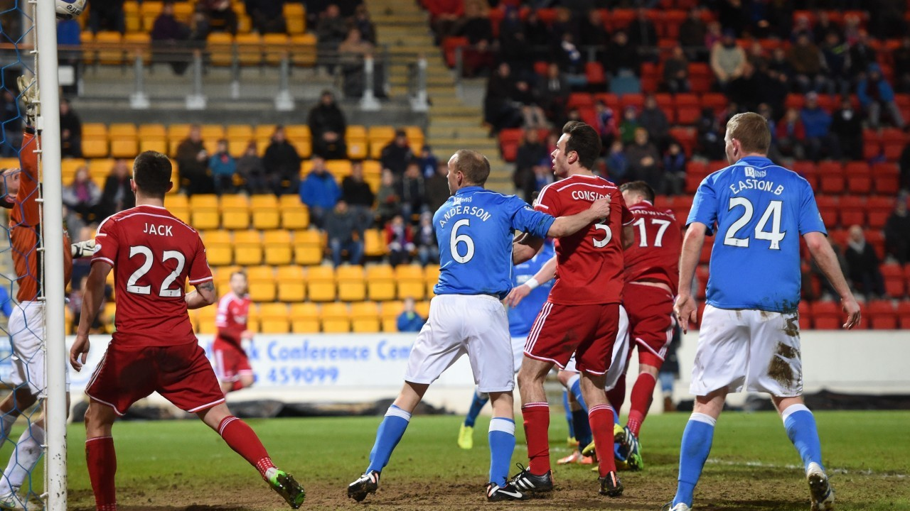 David Goodwillie hits the bar with a first half header